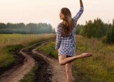 kobieta tańczy na łące