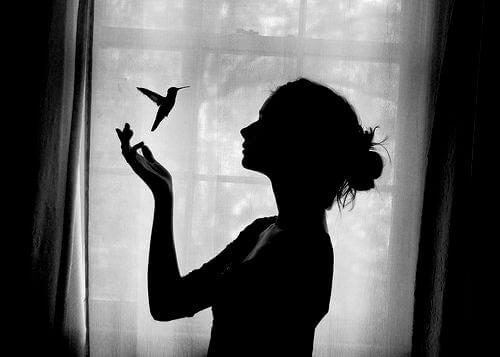 kobieta z kolibrem