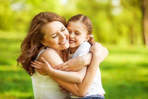 Mama i córka w parku - przytulenie