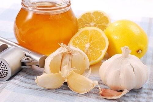 Miód cytryna i czosnek - doskonałe na artretyzm