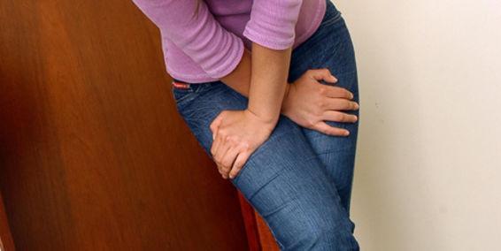 Kobieta ze skrzyżowanymi nogami