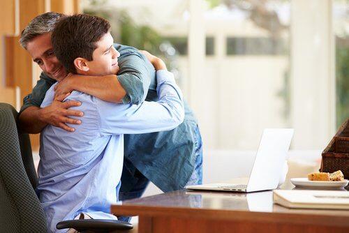 Przytulenie: ojciec i syn