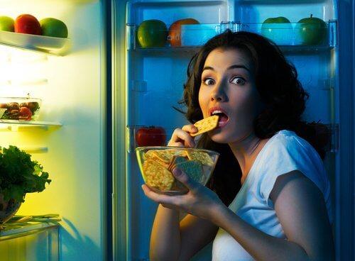 podjadająca kobieta - szybka utrata wagi
