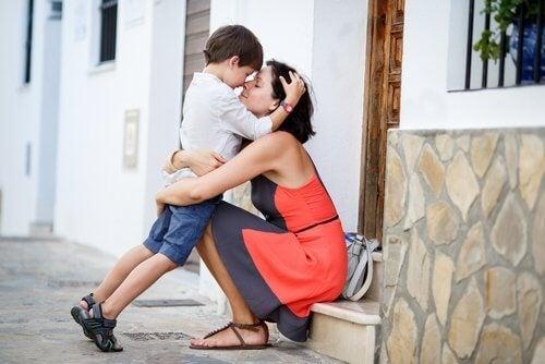 Przytulenie: mama i syn