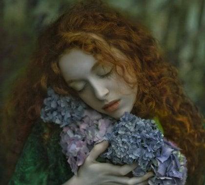 Ruda kobieta z kwiatami