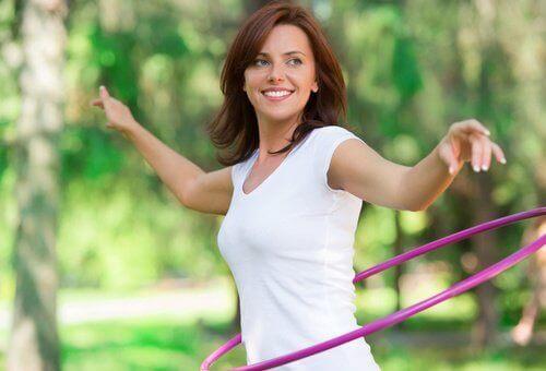 Kobieta ćwiczy hula hop