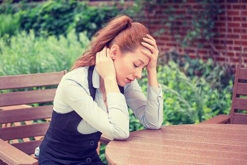 Smutna kobieta przy stole