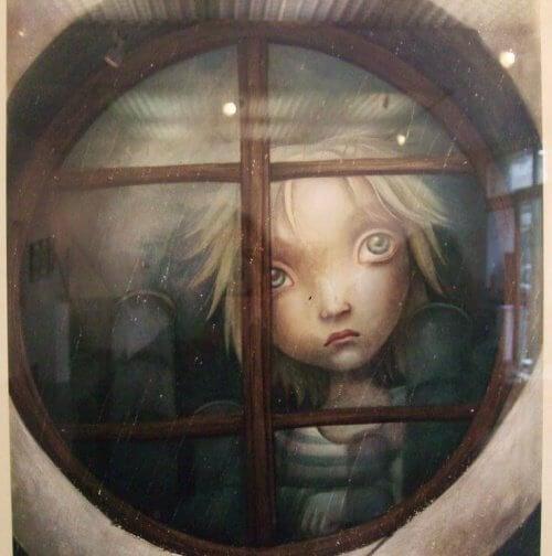 Smutne dziecko w oknie