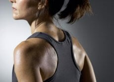 Kobieta - pot na plecach