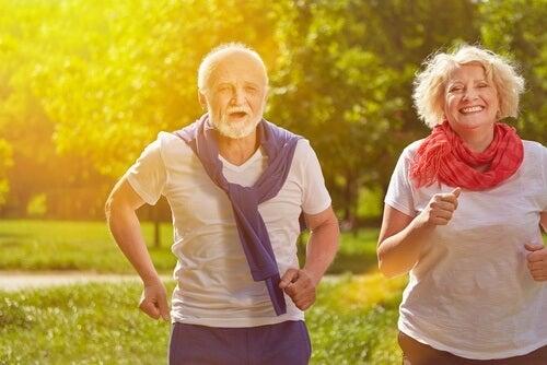 Biegnący starsi ludzie