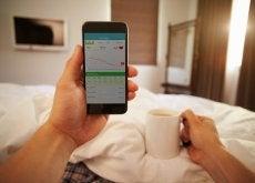 telefon komórkowy w łóżku