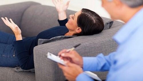 Kobieta na kanapie u psychoterapeuty