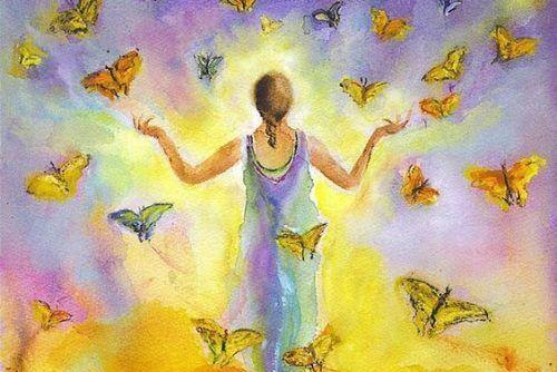 Kobieta między motylami