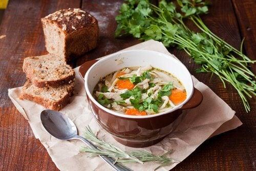Miska zupy i chleb