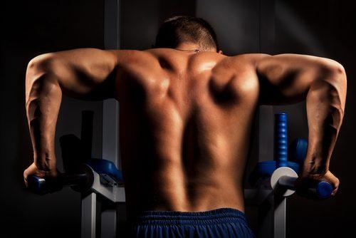 mężczyzna ćwiczący tricepsy