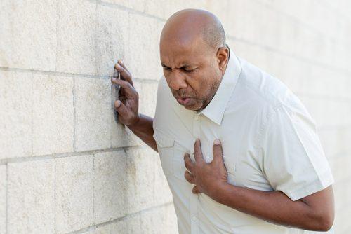 Mężczyzna mający atak serca