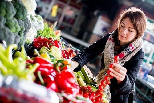 kobieta zakupy warzywa