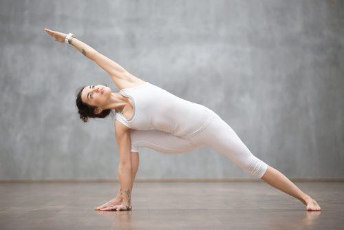 kobieta wykonująca ćwiczenia na mięśnie ramion