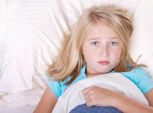Dziewczynka w łóżku