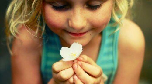 dziewczynka z kwiatkiem