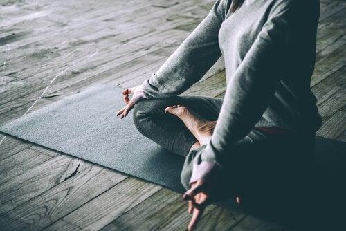 Joga, unikanie stresu a siwe włosy
