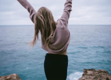 kobieta na klifie