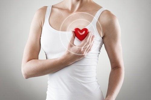 Kobieta trzyma serce w dłoni