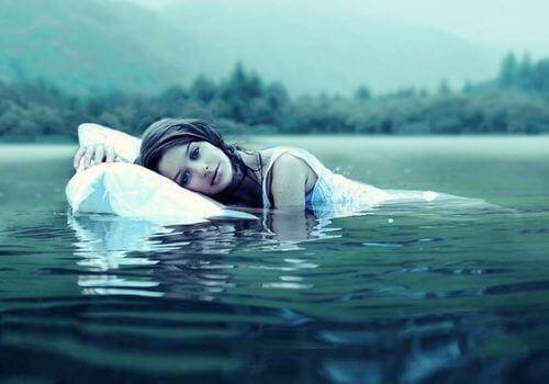 Kobieta w jeziorze