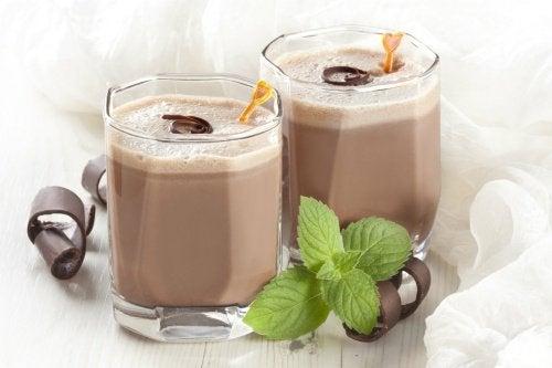 koktajl czekoladowy w szklankach