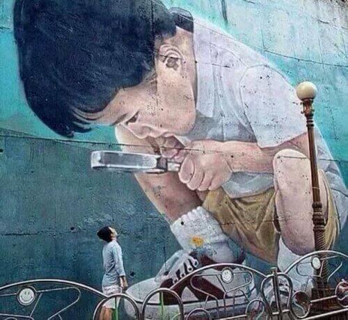 Mural - dziecko z lupą i zagadka