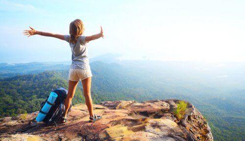 dziewczynka na szczycie góry