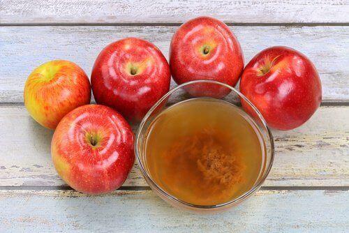 jabłka i szklanka octu cydrowego
