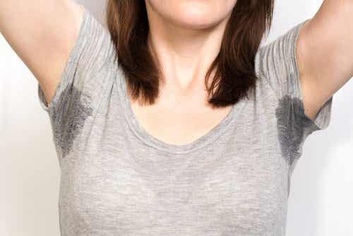 Plamy z potu - 5 sposobów na wywabienie ich z ubrań