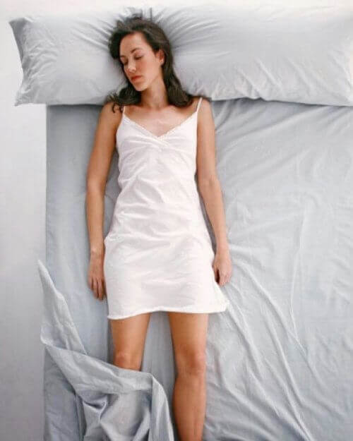 Kobieta śpiąca na plecach