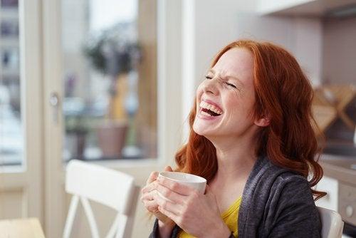 Radosna kobieta pije kawę
