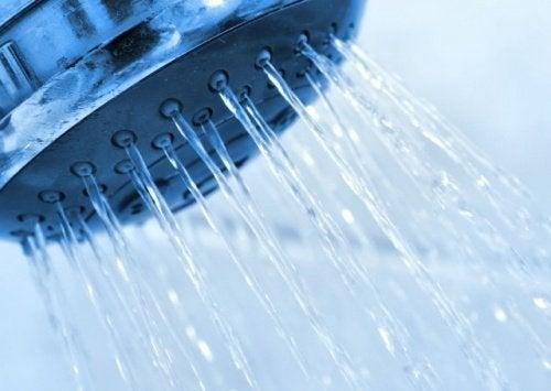 Woda leci z prysznica