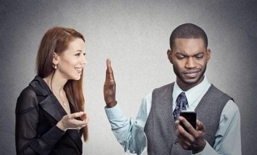 Kobieta i mężczyzna z telefonem