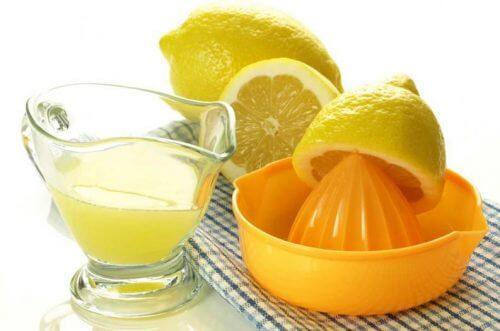 sok z cytryny pomoże wybielić poduszki