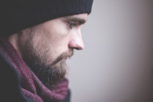 Zmartwiony mężczyzna - depresja atypowa