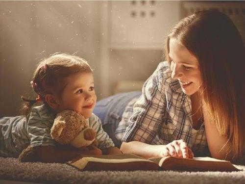 Dziewczynka i mama - dziecięce przywiązanie