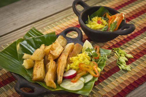 Frytki z manioku z sałatką