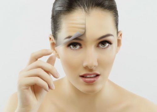 Kobieta ściąga skórę z twarzy