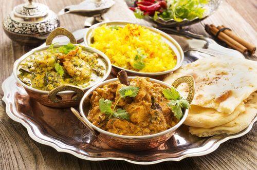 Hinduskie jedzenie na tacy