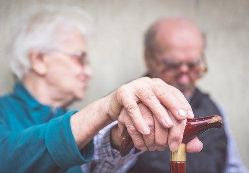 kobieta i mężczyzna w podeszłym wieku chorzy na Alzheimera