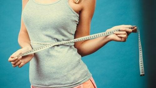 Kobieta mierząca talię