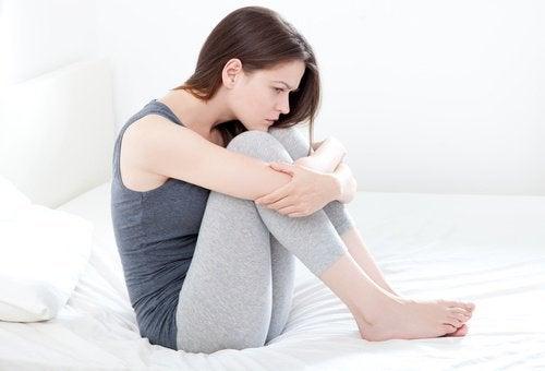Kobieta w łóżku i zwolnienie lekarskie