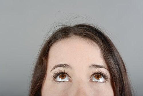 Kobieta patrząca do góry