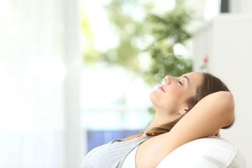 Kobieta relaksuje się na sofie