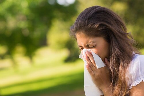 Kobieta wydmuchująca nos