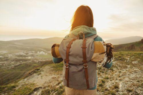 Kobieta z plecakiem zwalcza natrętne myśli